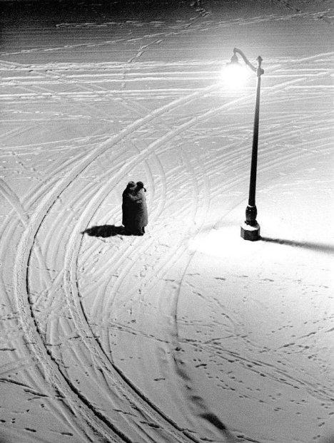 Abbraccio, una foto di Fred Stein, Parigi, 1934