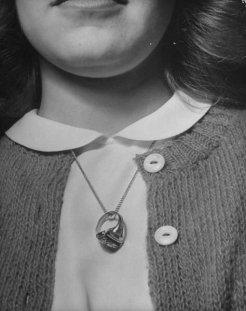 Anello di fidanzamento al collo. 1940