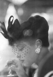 Barbara Mullen modella per un cappello di Gilbert Orcel per una foto di Henry Clarke, Parigi, 1956