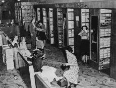 Calzature da donna e bambino in un grande magazzino, 1949