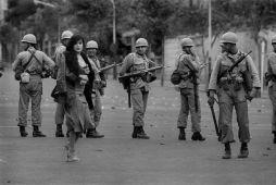 Donna iraniana di fronte ai soldati durante la rivoluzione del 1979, Teheran, Iran