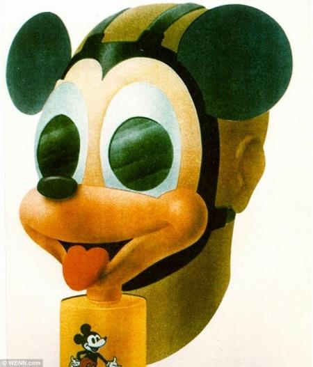 Durante la seconda guerra mondiale, Walt Disney ha contribuito a progettare una maschera antigas di Topolino per proteggere i bambini dalla guerra chimica. La maschera qui raffigurata è ospitata nel Museo del Corpo Chimico dell'Esercito degli Stati Uniti, Fort Leonard Wood, nel Missouri.