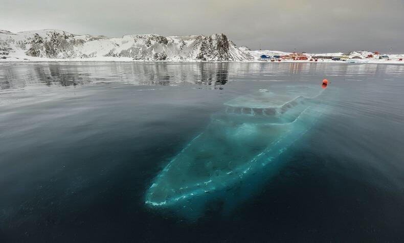 Endless Sea è uno yacht brasiliano naufragato, affondato e successivamente congelato nel ghiaccio a Maxwell Bay of Ardley Cove, Antartide