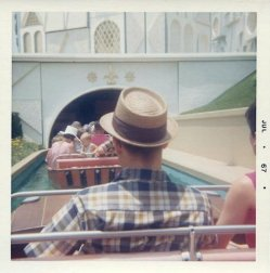 "Entrando in ""It's a Small World"", Disneyland, 1967"