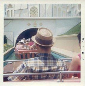 "Entrando in ""It's a Small World"", Disneyland, 1967"