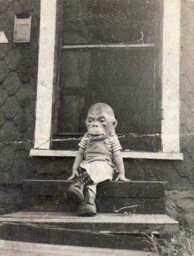 Fotografia d'epoca di un bambino che indossa una maschera di scimmia