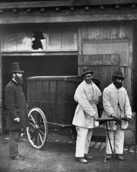 I disinfettori pubblici disinfettano le strade dopo un'epidemia di vaiolo, Londra, 1877