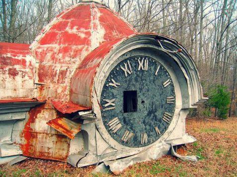 I resti di una vecchia torre dell'orologio a Lawrenceburg, nel Tennessee