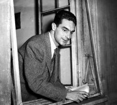 Italo Calvino nella sua abitazione di Torino. Fotografia di Silvio Durante