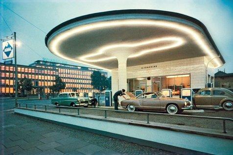 La stazione di servizio Golden Age, 1958 - Questa stazione di servizio vicino al quartier generale del gas ARAL a Bochum, in Germania, ha fatto storia