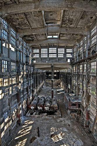 L'enorme sala della fabbrica chimica abbandonata di Rudersdorf, Berlino, Germania