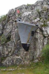 Nave militare russa inglobata in una montagna di pietra a Murmansk, Russia