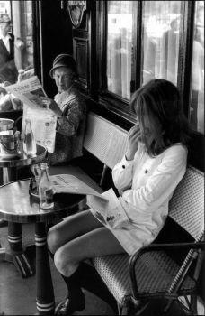 Pantaloncini corti a Paris, 1969. Fotografia di Henri Cartier-Bresson