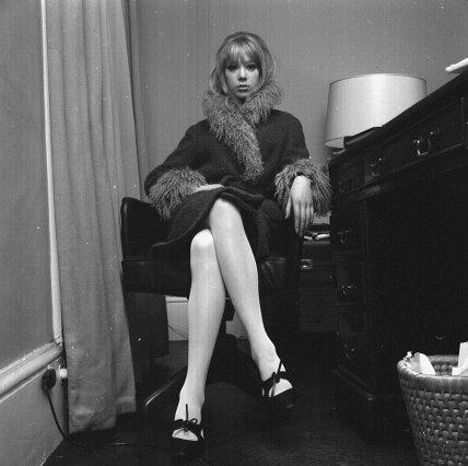 Pattie Boyd nella sua casa fotografata da Larry Ellis. Londra, 3 marzo 1964