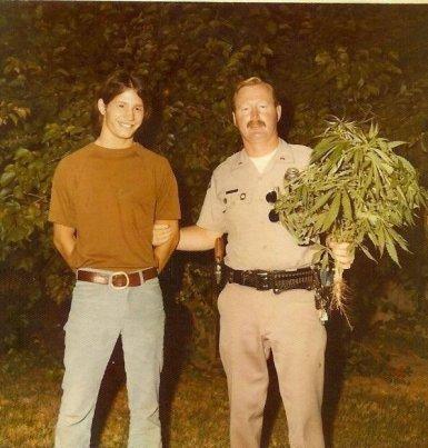 Ragazzo arrestato perché coltiva erba nel cortile, anni '70