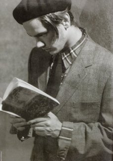 """River Phoenix legge """"Guerra e pace"""" di Leo Tolstoy. Fotografia di Bruce Weber, 1991"""