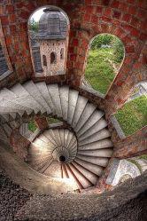 Scale a chiocciola all'interno del castello abbandonato di Łapalice, Polonia