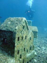 A 30 metri sotto il livello del mare, al largo del Cap d'Antibes, si trovano i resti di una cittadina francese sommersa sottomarina completa di case e edifici alti fino a 1 m. La città acquatica fu costruita nel 1965 da registi francesi che volevano girare parti del loro film, L'Enfant et la Sirène, su un vero set di film sott'acqua. L'ambizioso approccio di ripresa subacquea è stato abbandonato per l'animazione. Sfortunatamente, il film - un musical diretto da Sylver Néjad Atzamba - non è mai uscito e il set è stato lasciato sul fondo del mare.