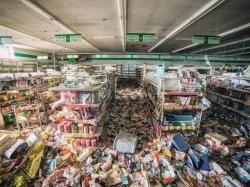 Supermercato abbandonato a Fukushima dopo il disastro nucleare nel 2011