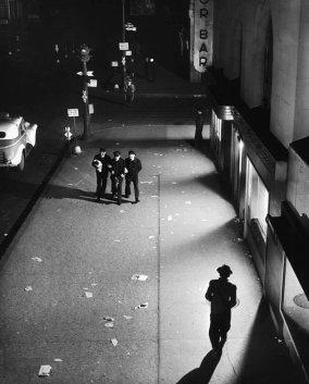 Tre marinai a New York, una foto di Herbert Gehr, 1945