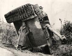 Un soldato britannico che si ripara dalla pioggia sotto un carrarmato Tiger rovesciato (Italia, 1944)