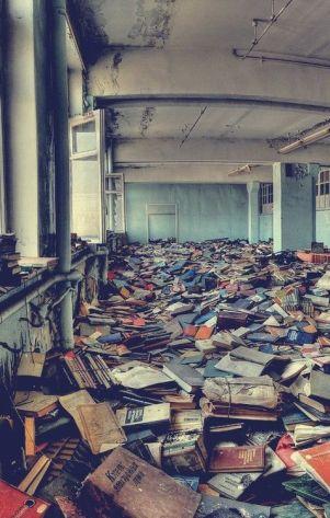 Vecchia biblioteca abbandonata in Russia