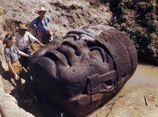 Archeologi studiano una colossale testa in pietra di Olmec a La Venta, Messico, 1947