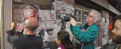 David Diavù Vecchiato ripreso da Ron English durante un intervento di Street Art a MURo - Museo di Urban Art di Roma (2013)