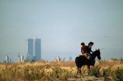 Cavalieri attraversano la terra del parco creata dalla discarica che è stata scaricata nella Jamaica Bay, a New York, nel 1979. Fotografia di David Alan Harvey