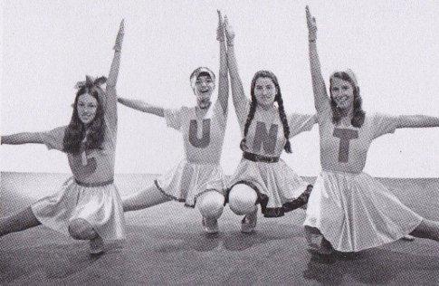 Cunt Cheerleaders, 1971 L-R: Cay Lang, Vanalyne Green, Dori Atlantis e Sue Boud Studenti del programma Feminist Art, Fresno State College (ora California State University, Fresno), 1970-71