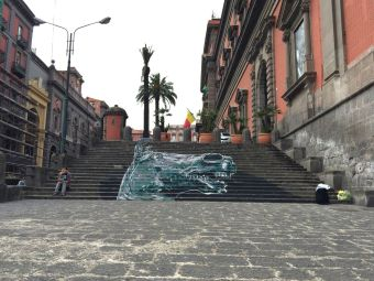 """David Diavù Vecchiato, """"Æquus Parthenopensis"""". Dipinto su scalinata, ingresso Museo Archeologico Nazionale di Napoli - 2017"""