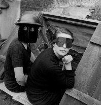 Donne con maschere antincendio. Londra. 1941, foto di Lee Miller