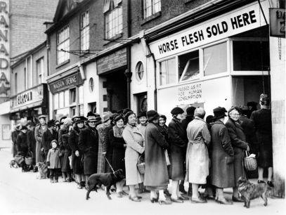 Donne si schierano fuori da una macelleria per comprare carne a North Cheam, nel Surrey, in Inghilterra, il 17 aprile 1942