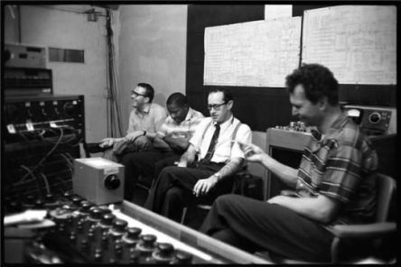 """Il Dave Brubeck Quartet che appare felice durante la riproduzione di """"Time Out"""" di New York [1959] Fotografia di Don Hunstein"""