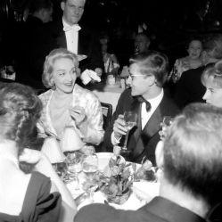 Marlene Dietrich e lo stilista Yves Saint Laurent cenano insieme a Parigi nel 1959