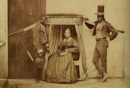 Padrona brasiliana posa con i suoi schiavi, 1860