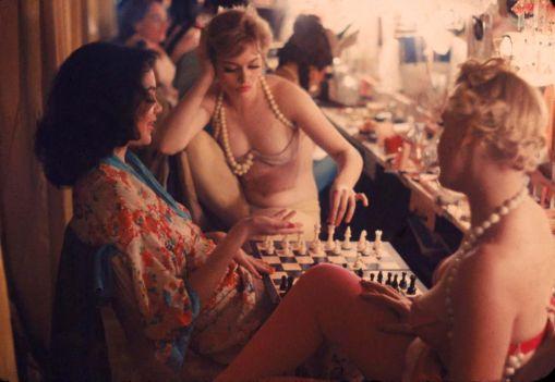 Showgirl giocano a scacchi tra uno spettacolo e l'altro; New York; 1958