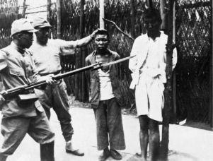 Soldati giapponesi provocano un paio di giovani prigionieri cinesi poco prima di essere giustiziati. Guerra sino-giapponese