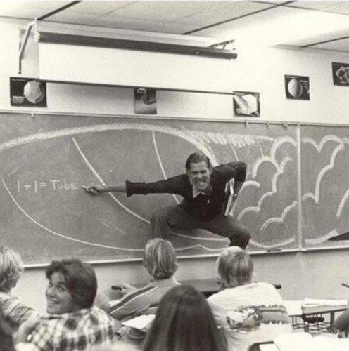 Un insegnante californiano che insegna fisica del surf, 1970
