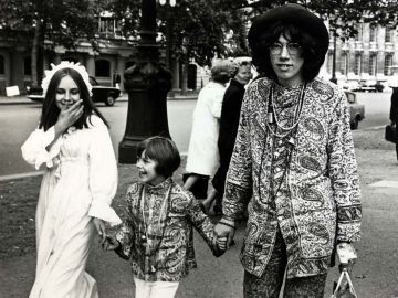 Una famiglia hippie che cammina lungo The Mall a Londra. 1968