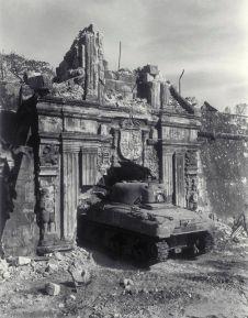 Uno Sherman bussa alle porte di Fort Santiago durante la Liberazione di Manila (Filippine) il 26 febbraio 1945