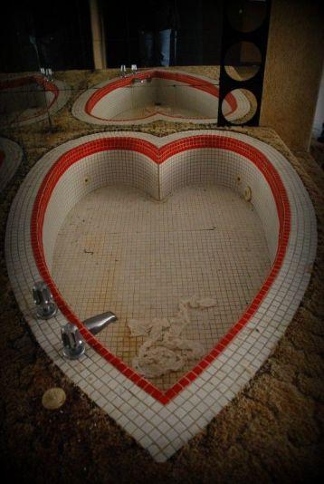 Vasca a forma di cuore in un resort per la luna di miele nelle montagne Pocono
