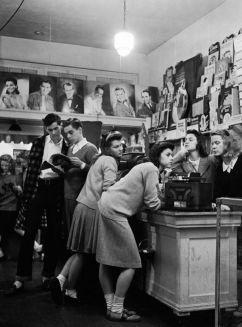 Adolescenti ascoltano musica nel 1944