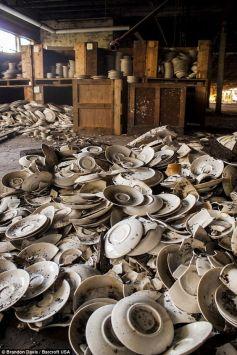 I piatti sono ammucchiati nelle Ceramiche Shenango, uno dei principali produttori di stoviglie americane dagli anni '20 fino alla fine degli anni '80