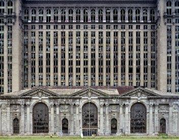 """La copertina del libro """"Ruins of Detroit"""" di Yves Marchand e Romain Meffre mostra la grande rovina della stazione centrale del Michigan"""