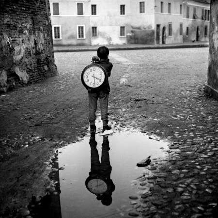 Piergiorgio Branzi - Bambino con un orologio. Comacchio, Italia, 1955