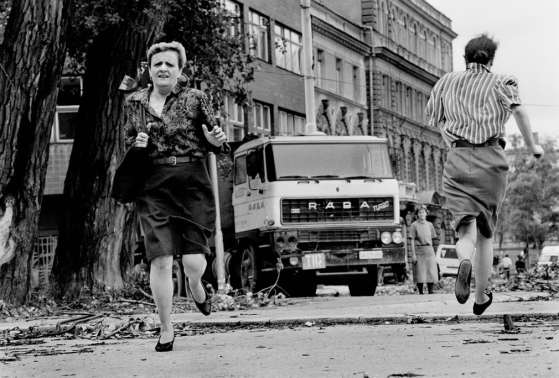 Sarajevo, 1992. Donne che scappano dal Sniper Alley durante l'assedio di Sarajevo