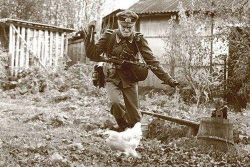 Soldato tedesco che cerca di uccidere un pollo, seconda guerra mondiale
