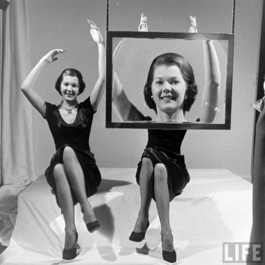 TV vintage con lenti ingrandenti, 1948, di LIFE