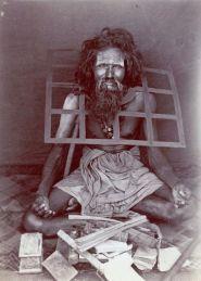 Un asceta indiano che indossa un collare di ferro per non potersi mai sdraiare, 1870